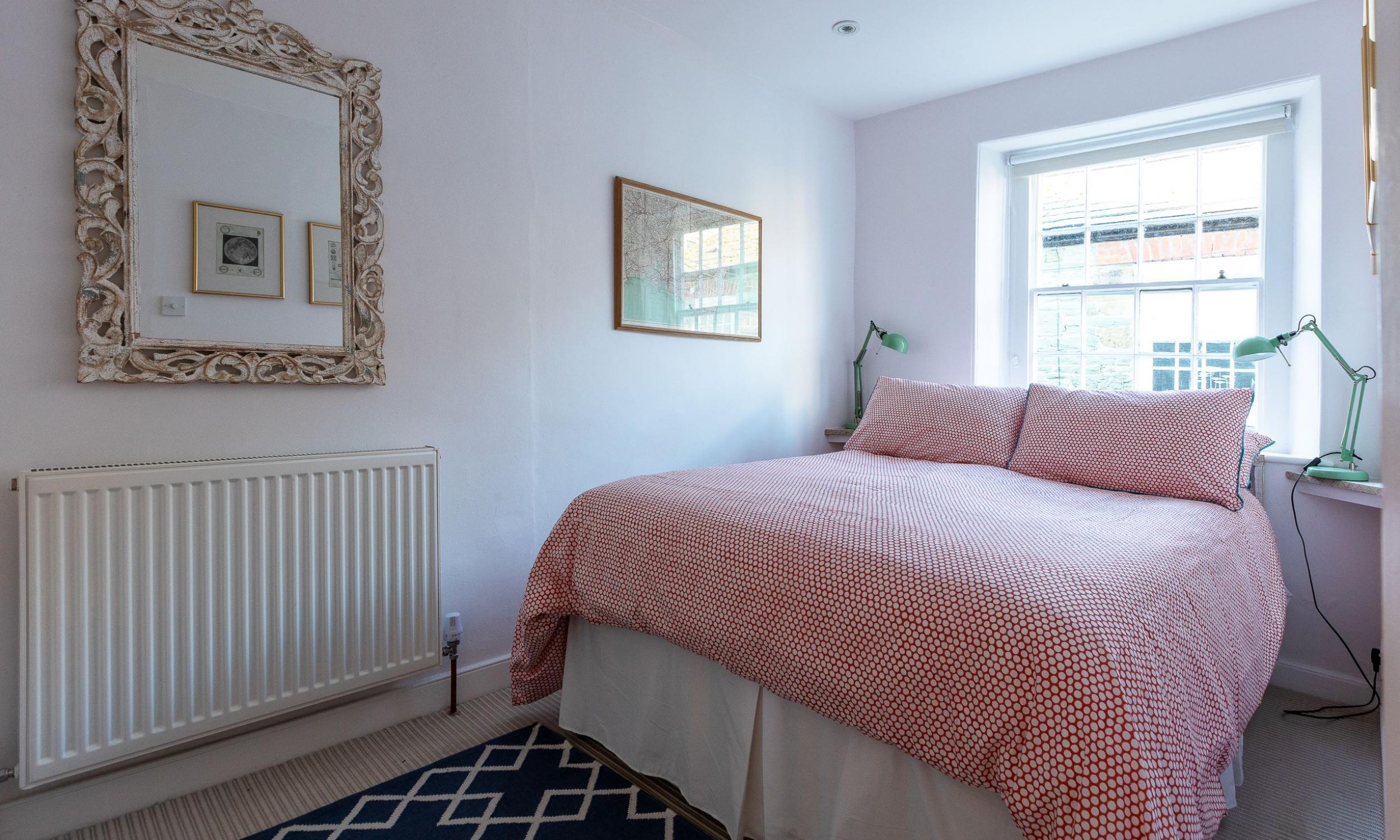 Bright main bedroom 21 island street salcombe